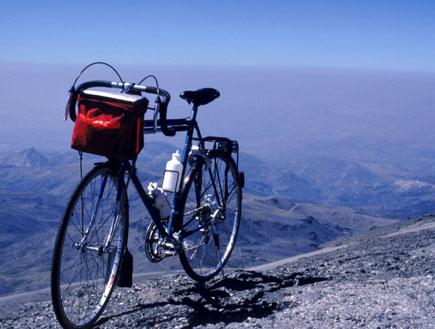 אופניים על רקע הרים (צילום: John Foxx, GettyImages IL)