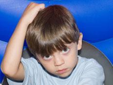 ילד מגרד בראש (צילום: slobo, Istock)