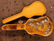 קייס גיטרה עם מטבעות
