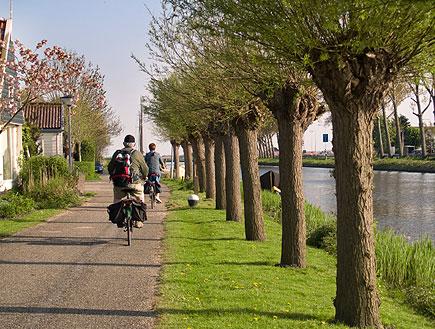 אופניים בעיירה בהולנד