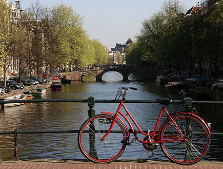 אופניים אדומים על גשר (צילום: istockphoto)