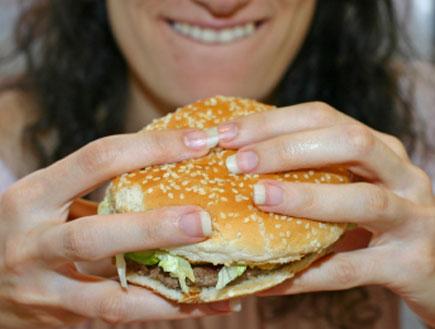 זוללת המבורגר (צילום: Ravi Tahilramani, Istock)