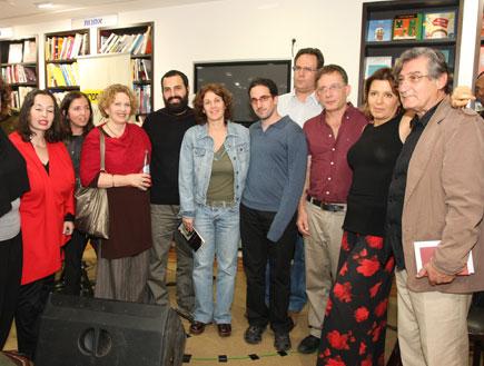 אלכס אנסקי ומשוררים (צילום: mako)