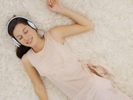 שומעת מוזיקה (צילום: Stockbyte, GettyImages IL)