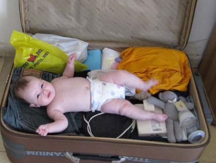 תינוקת במזוודה (צילום: לי רותם)