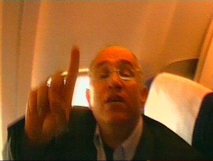 בועז יונה במטוס בדרך לישראל (תמונת AVI: חדשות)