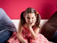ילדה כועסת בין שני הורים (צילום: kutay tanir, Istock)