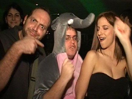 אפרת אברמוב והפיל רוקדים במסיבה של ביפ (צילום: mako)
