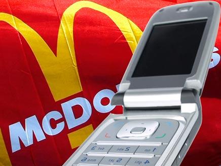 סלולרי על רקע דגל מקדונלדס, עיבוד מחשב (יח``צ: חדשות)