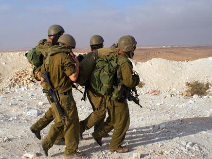 חיילים מפנים פצוע (צילום: Pavel Bernshtam, Shutterstock)