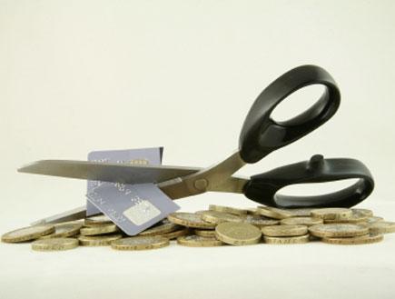 מספריים וכרטיס אשראי (צילום: istockphoto)