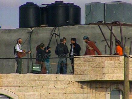 מתנחלים על גג בית המריבה, השבוע (תמונת AVI: חדשות)