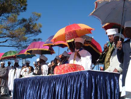 חוגגים עם מטריות צבעוניות בחג הסיגד האתיופי (צילום: אבי מספין)