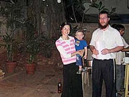 """שליח חב""""ד הרב הולצברג, אשתו ובנם (צילום: חב""""ד און ליין COL)"""
