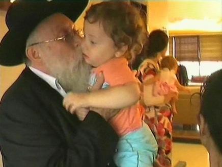 הרבי רוזנברג עם התינוק מוישי במומבאי (צילום: חדשות)