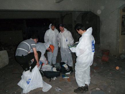 """אנשי זק""""א בזירת הפיגוע בבית חב""""ד בהודו (תמונת AVI: זק""""א)"""
