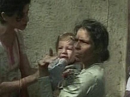מויישי הקטן בידי המטפלת שהצילה אותו. ארכיון (תמונת AVI: חדשות)