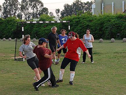 """נשים גדולות משחקות כדורגל (צילום: באדיבות ד""""ר אילן קיציס)"""
