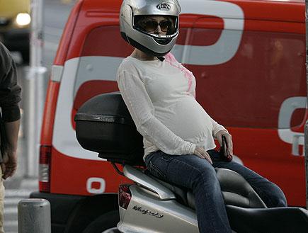 עלמה זק בהריון על האופנוע של אלון נוימן (צילום: אלעד דיין)