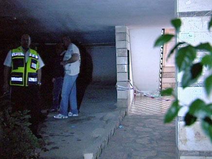 זירת הרצח בפתח תקווה, הלילה  (צילום: חדשות)