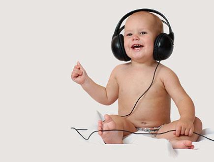 תינוק עם אוזניות (צילום: Yuriy Nedopekin, Istock)