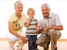 סבא וסבתא עם נכדם