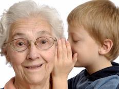 נכד לוחש לסבתו באוזן (צילום: istockphoto)
