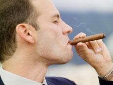 מעשן סיגר (צילום: Medioimages/Photodisc, GettyImages IL)