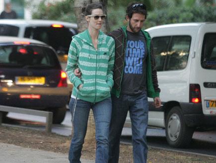 """יעל גולדמן ואורי פפר בבית כנסת ברחוב שד""""ל (צילום: אלעד דיין)"""