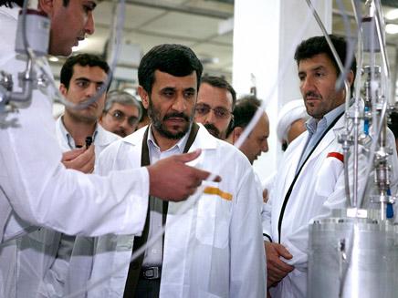אחמדינג'אד מבקר במתקן גרעיני (צילום: רויטרס)