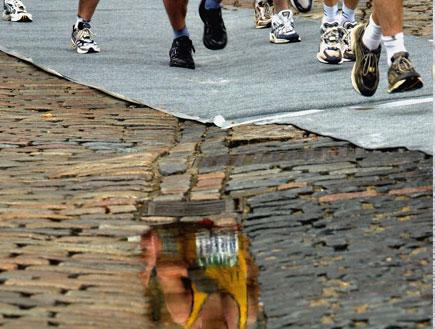 רצים בשלוליות (צילום: Graeme Robertson, GettyImages IL)