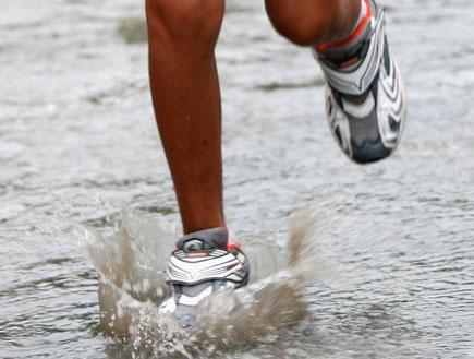 רגליים בגשם (צילום: China Photos, GettyImages IL)