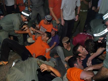 יהודים מתנחלים חילים ושוטרים ברגעי ההתנתקות (תמונת AVI: חדשות)