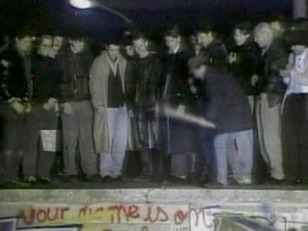 נפילת חומת ברלין בגרמניה מתוך וידאופדיה (תמונת AVI: חדשות)