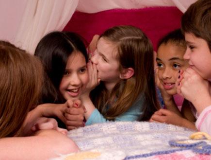 חבורת ילדות במסיבת שינה (צילום: mdmilliman, Istock)