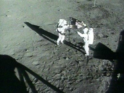 הנחיתה על הירח,ניל ארמסטרונג ובאז אולדרין מתוך וידאופדיה (תמונת AVI: חדשות)