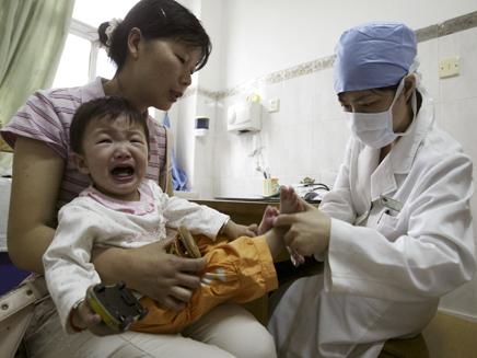 ילד קוריאני בוכה בזמן בדיקה אצל רופא (תמונת AVI: חדשות)