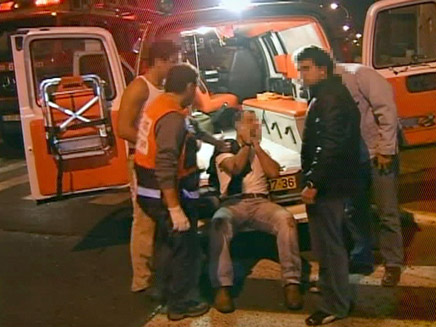 פצוע מטופל בחלקו האחורי של אמבולנס (תמונת AVI: רויטרס, חדשות)
