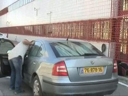 אחרי שעתיים: האב נזכר שבתו ברכב (צילום: חדשות 2)