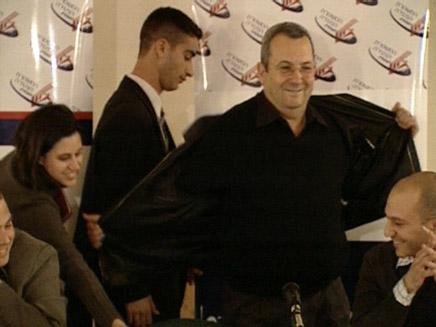 ברק מסיר את הז'קט, אתמול (צילום: חדשות 2)
