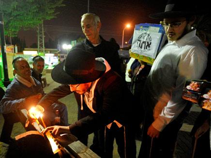 מדליקים נרות בשדרות, הערב (צילום: רויטרס)