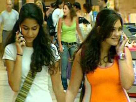 נערות מדברות בסלולרי (צילום: חדשות 2)