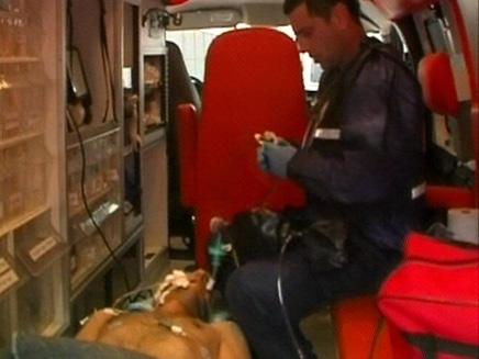 פצוע מעזה מפונה דרך מעבר ארז (צילום: חדשות 2)