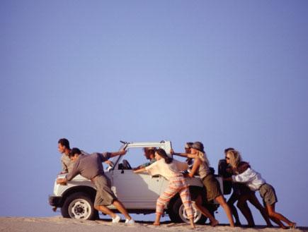 סוחבים מכונית (צילום: Getty Images, GettyImages IL)
