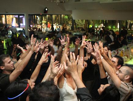 אנשים רוקדים בחתונה (צילום: פוטוגנים)