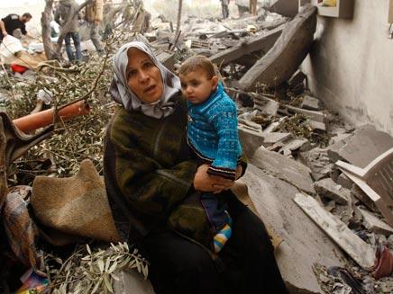 אשה פלסטינית ליד הריסות ביתה (צילום: רויטרס)