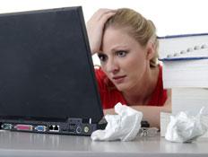 אישה מול מסך מחשב