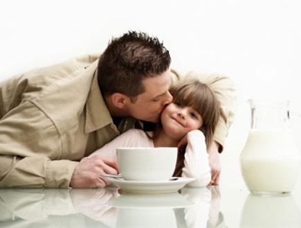 אב מנשק את ביתו (צילום: lisegagne, Istock)
