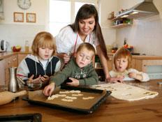 אם מכינה עוגיות עם ילדיה (צילום: schwester, Istock)