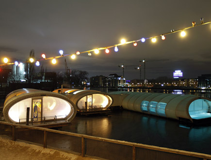 הסאונה הצפה, על גדות נהר הספרי בברלין (צילום: רויטרס)